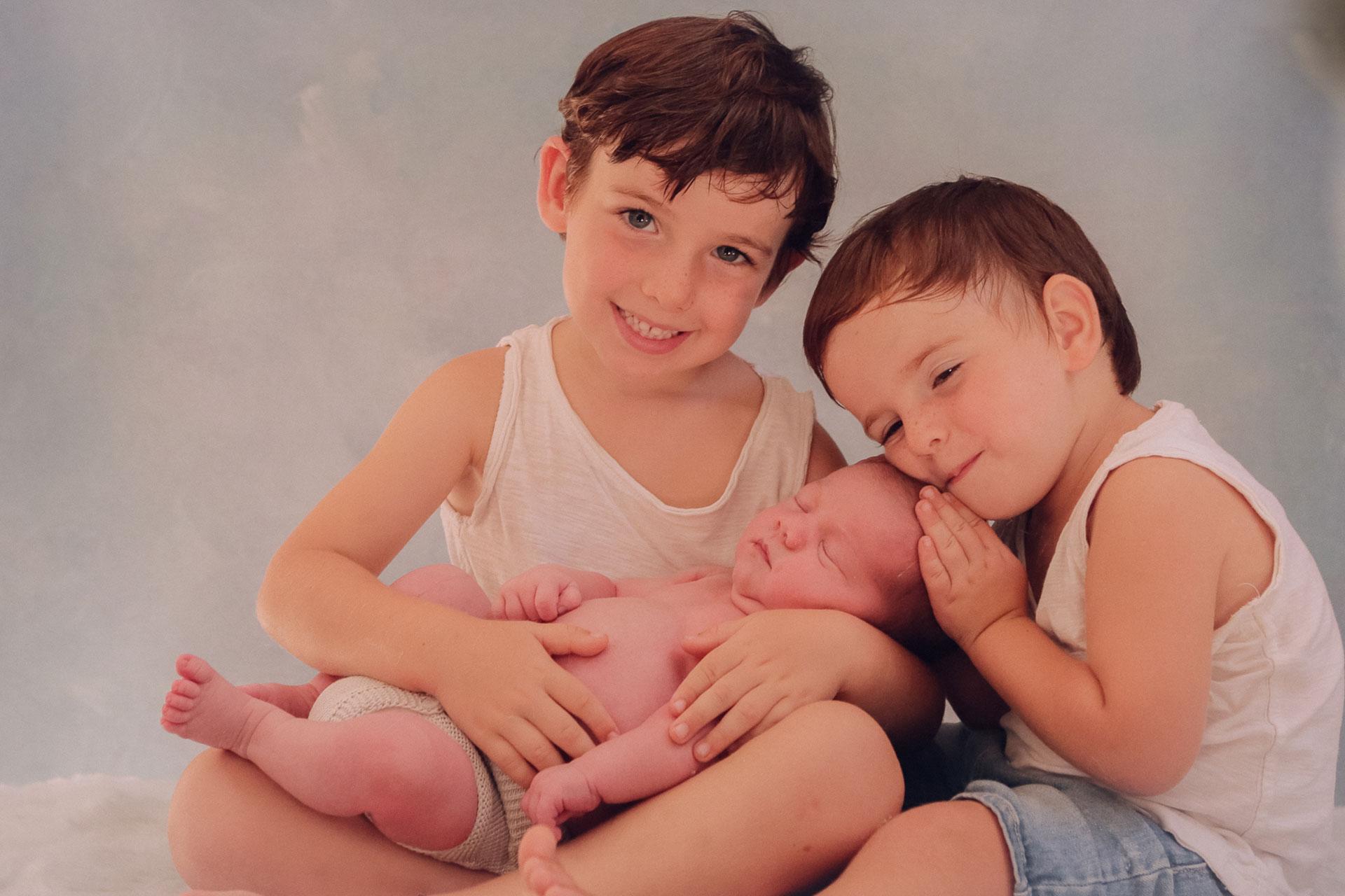 Fotografía Recién Nacido con sus hermanos